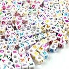 Perler med bogstaver og tal